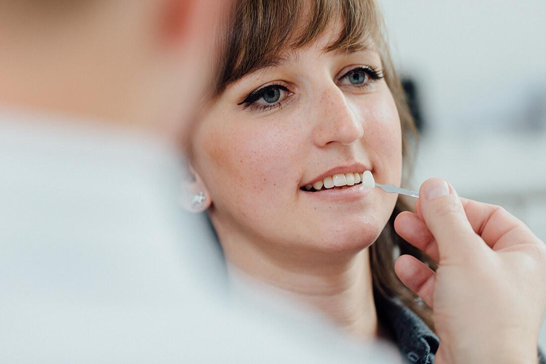 Wir legen Wert auf hohe Ästhetik bei Zahnersatz. Gemeinsam mit Ihnen besprechen wir die optimale Behandlung zum bestmöglichen Ergebnis.