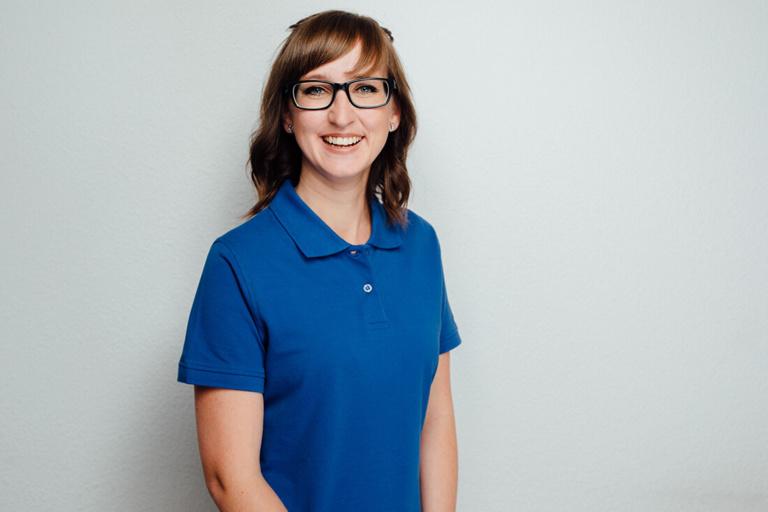 Lydia Hauden assistiert bei den zahnärztlichen Behandlungen und führt Propylaxebehandlungen durch.