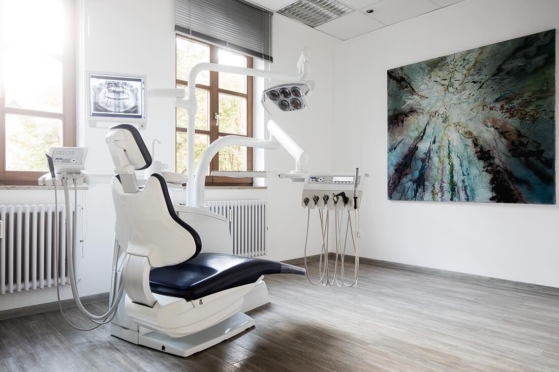 Unsere Behandlungsräume sind modern und behagllich eingerichtet - damit Sie sich rundum wohlfühlen.