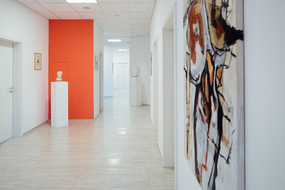 Unsere Praxis ist hell und einladend gestaltet. Gezielte Farb- und Kunstakzente runden das stimmige Gesamtbild ab.